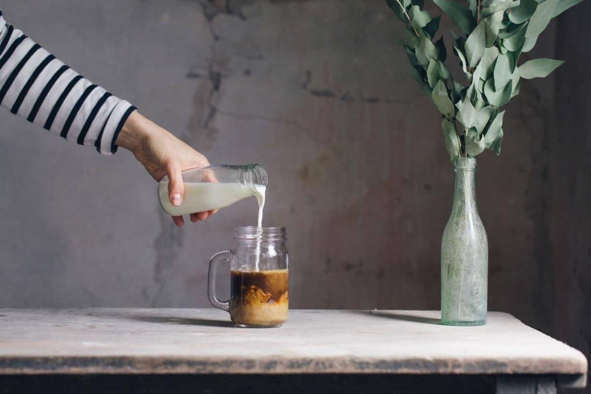Adding milk in coffee